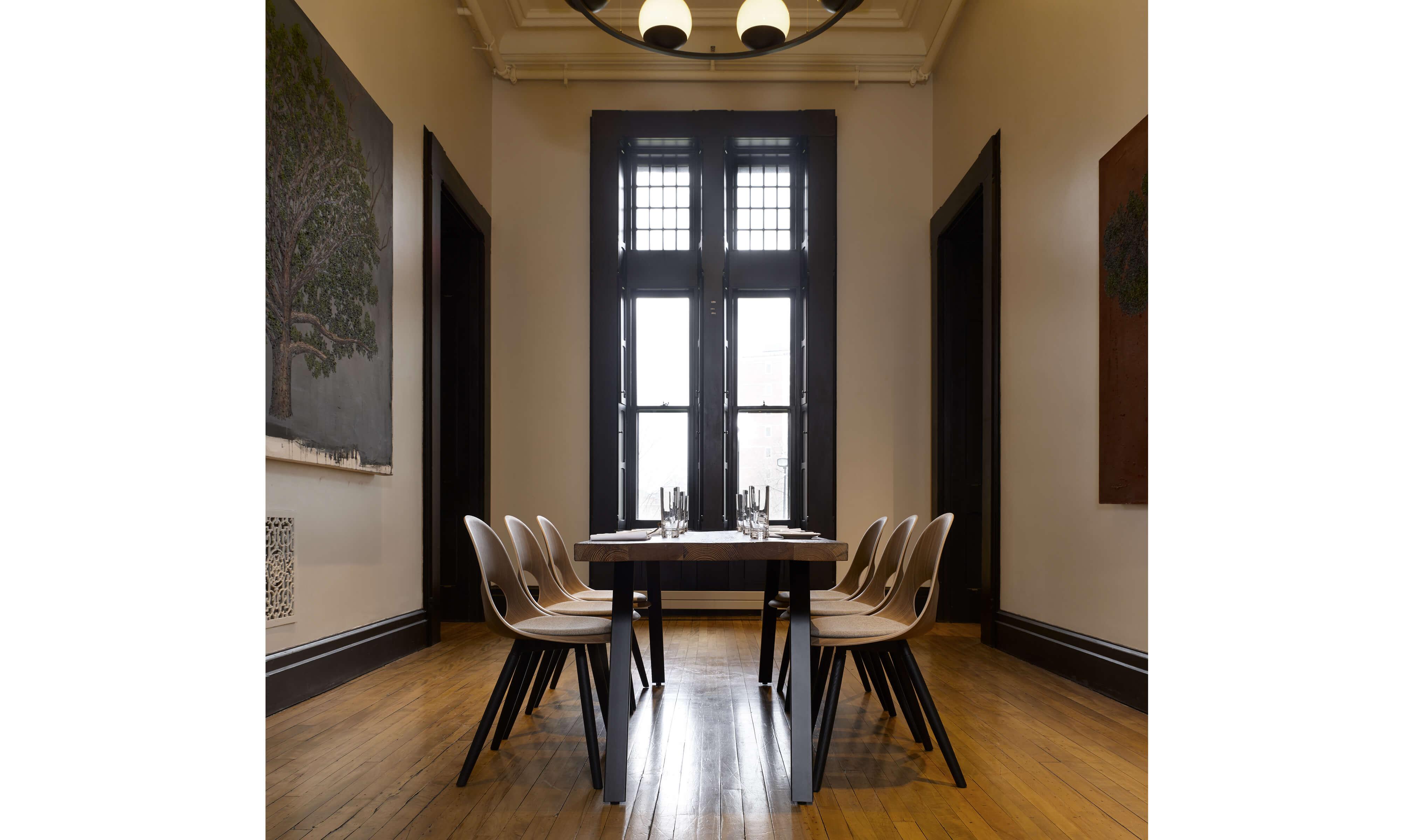 SAY O mødestole med sortbejsede træben